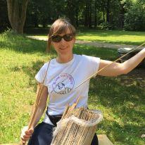 Claudia beim Nisthilfenbau für Wildbienen.